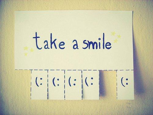 Demandez à n'importe qui ce qu'il attend de la vie, la réponse est simple : être heureux. Mais c'est peut être cette attente, la quête même du bonheur, qui nous empêche de le trouver. Peut être que plus on essaye d'atteindre le bonheur, plus on s'embrouille les idées au point de ne même plus se reconnaître. Alors on continue à sourire et on essaye de toutes nos forces d'être les gens heureux que l'on voudrait devenir. Jusqu'à ce que tout à coup, on comprenne que le bonheur est déjà là, pas dans nos rêves et nos espoirs, mais dans ce qu'on à déjà : le confortable, le familier.
